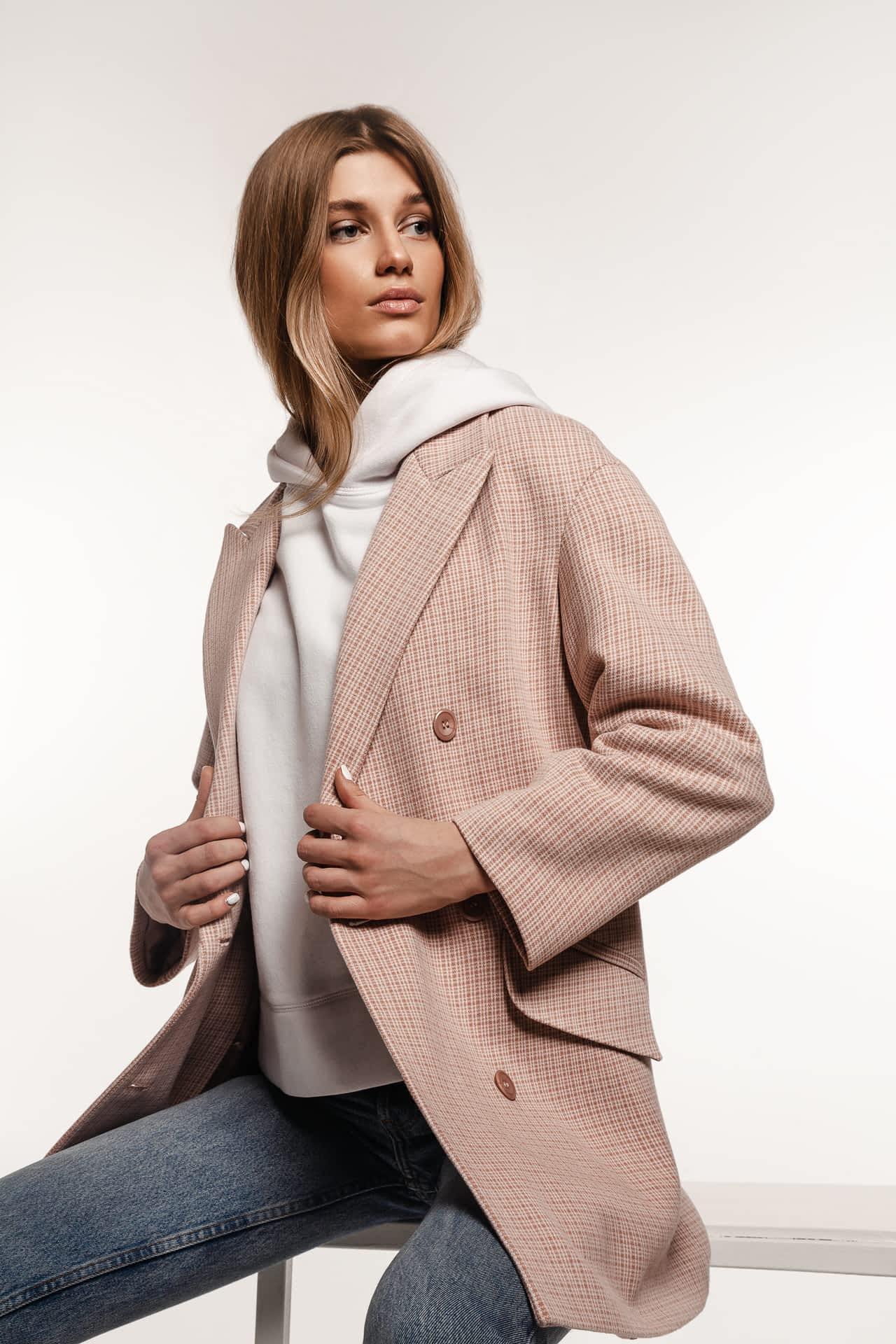 Коротке пальто у клітинку