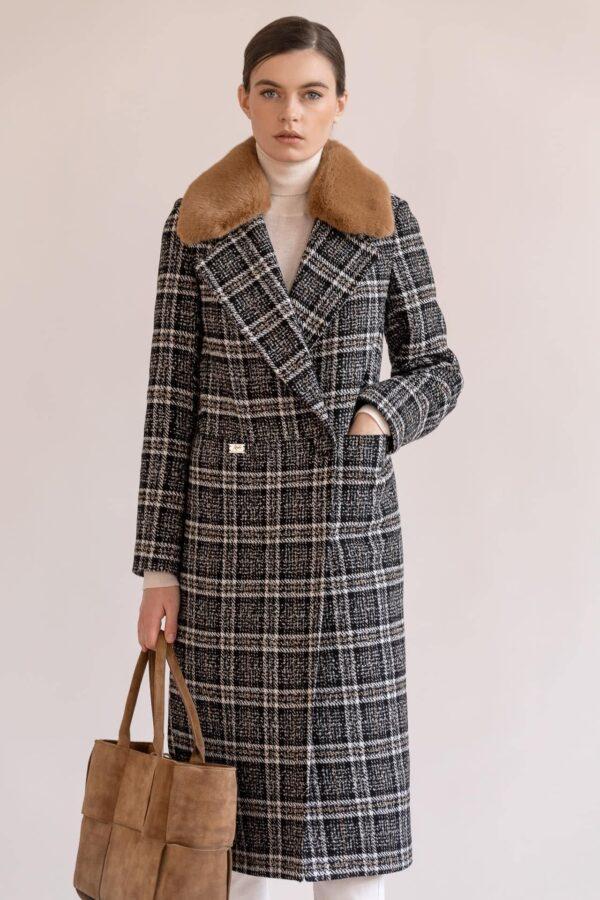 Пальто на кнопках з хутром на комірі