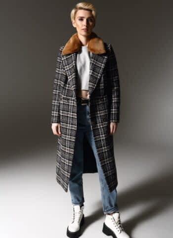 Модное пальто на кнопках с мехом на воротнике