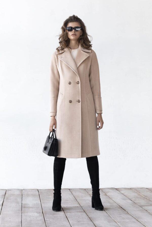Двубортное пальто с хлястиком на спине