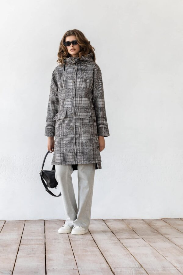 Пальто в клетку с пуговицами и капюшоном