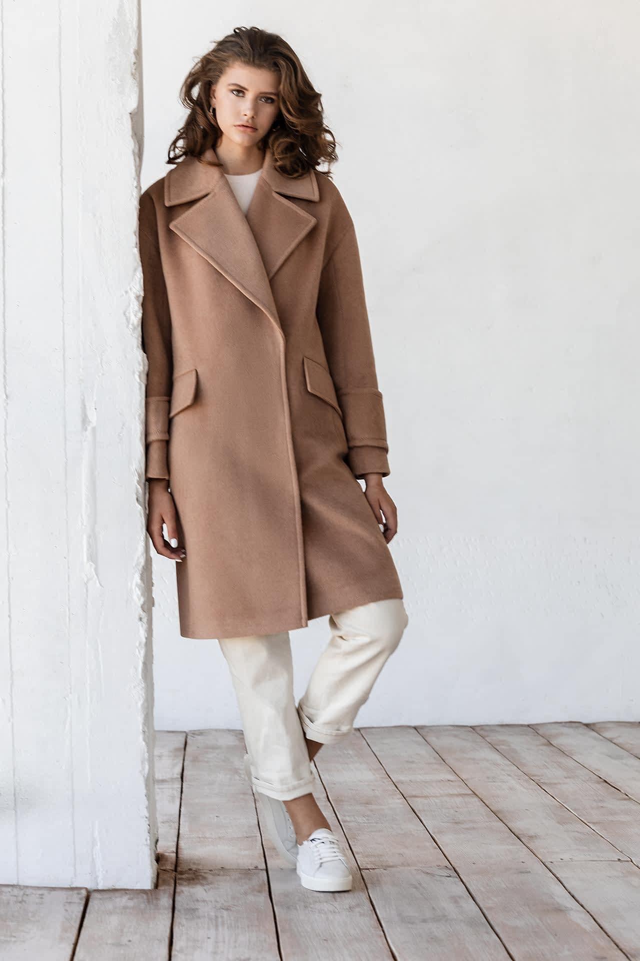 Пальто з широким коміром на кнопках