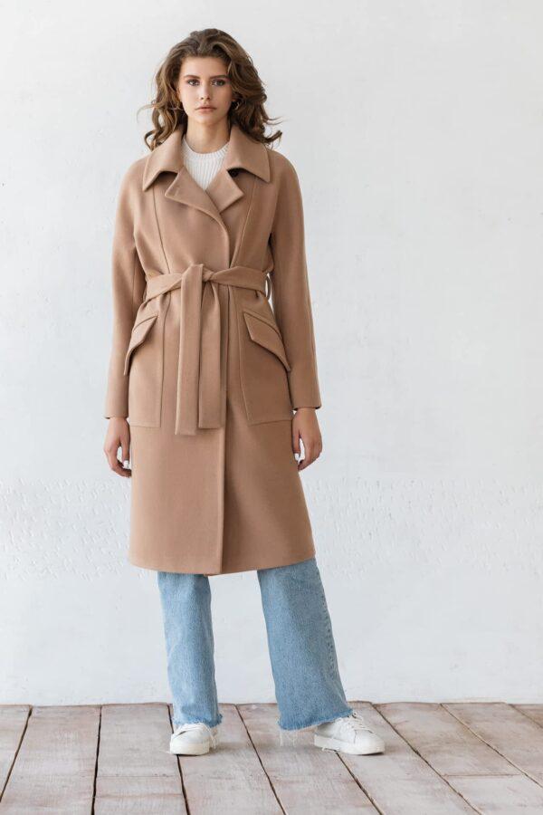 Однотонне пальто з поясом