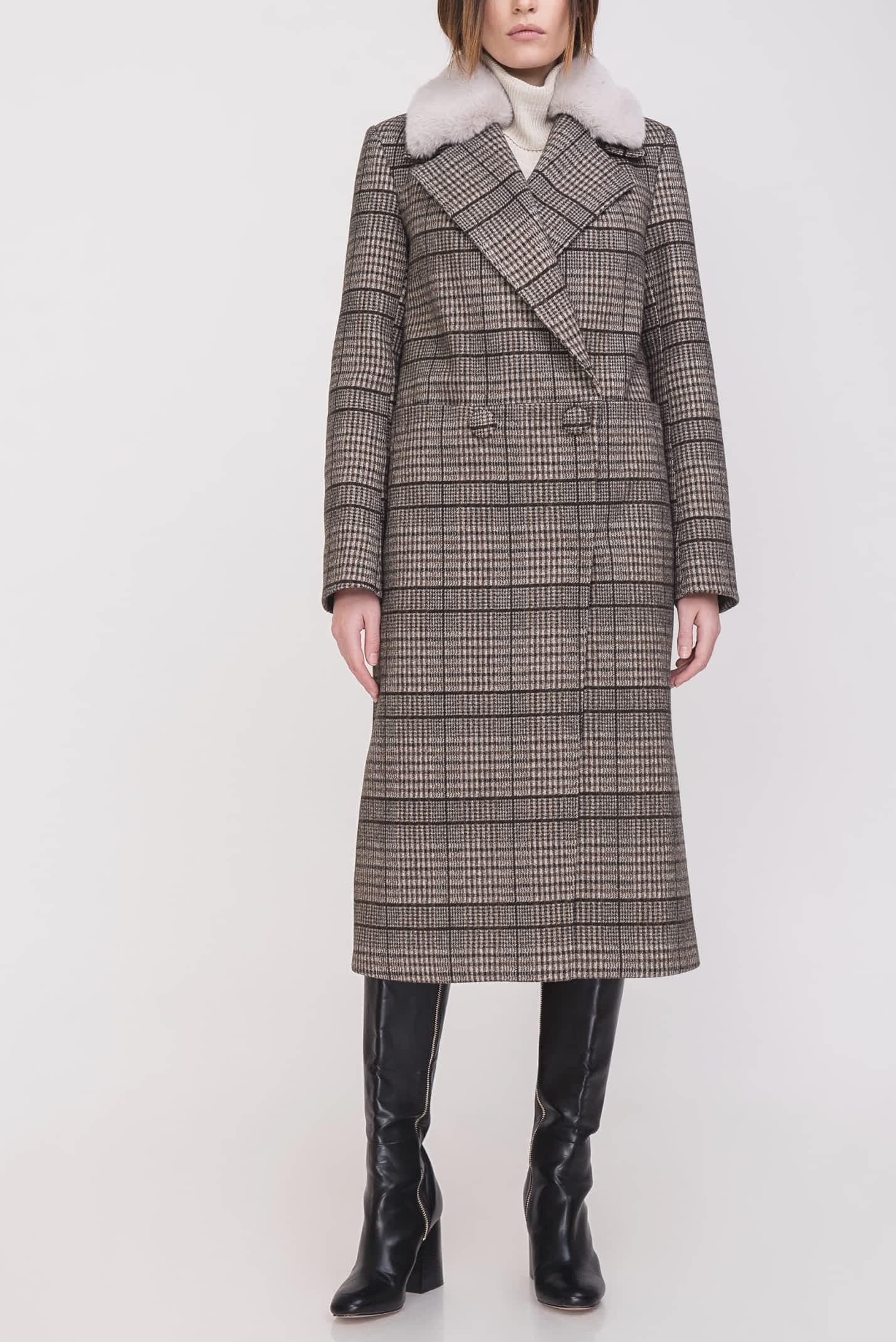Пальто на кнопках с мехом на воротнике