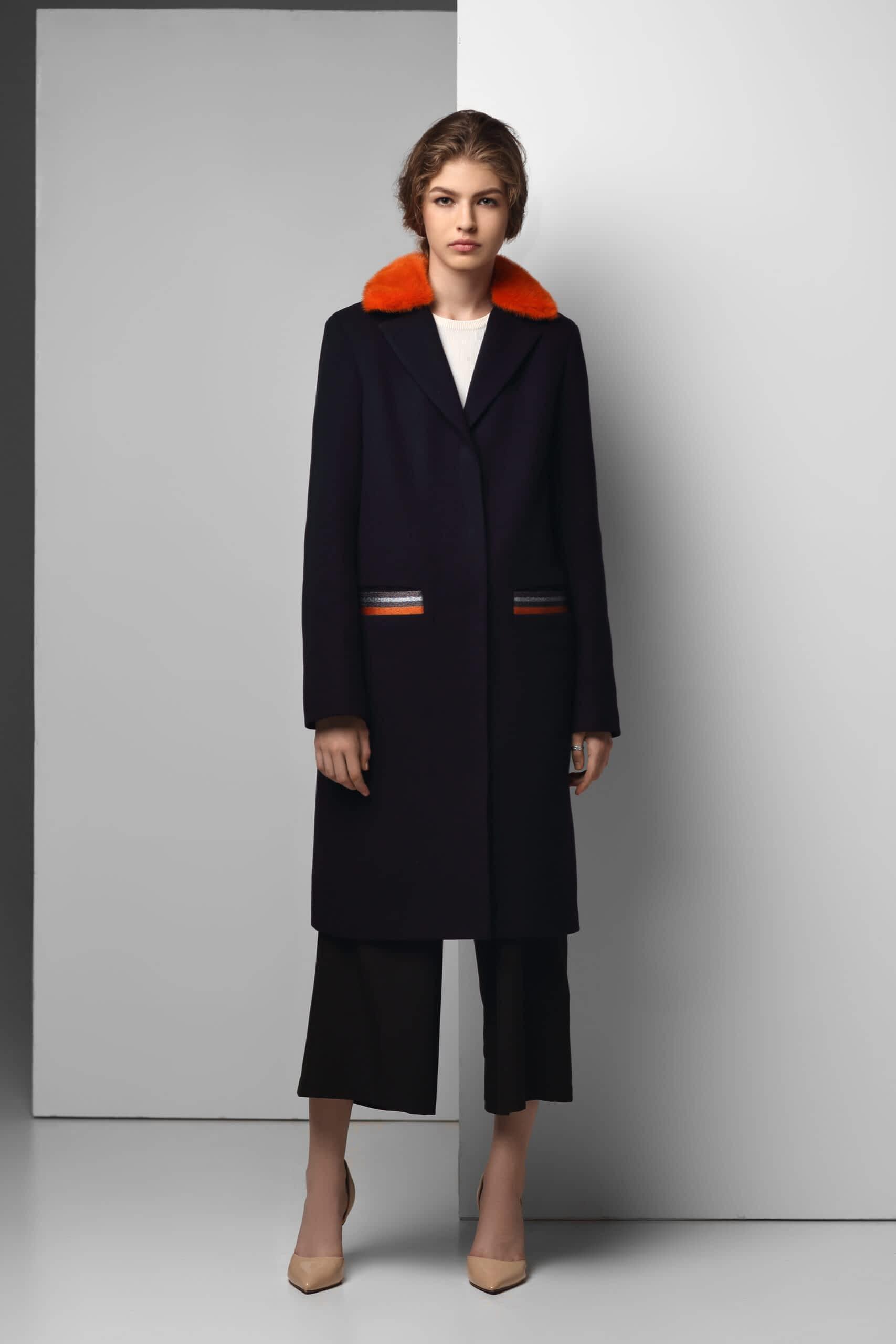 Чорне пальто з кольоровим натуральним хутром