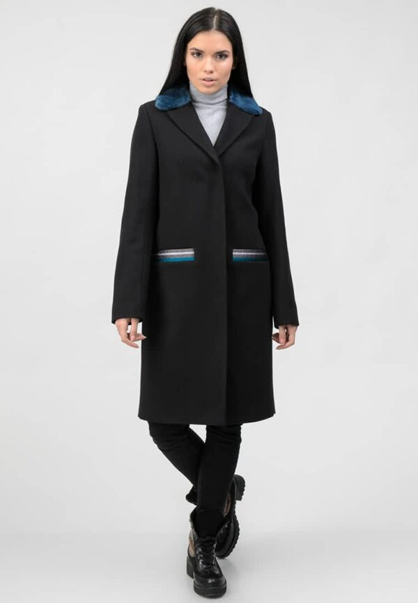 Черное пальто с цветным натуральным мехом