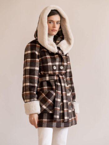 Утепленное короткое пальто в клетку