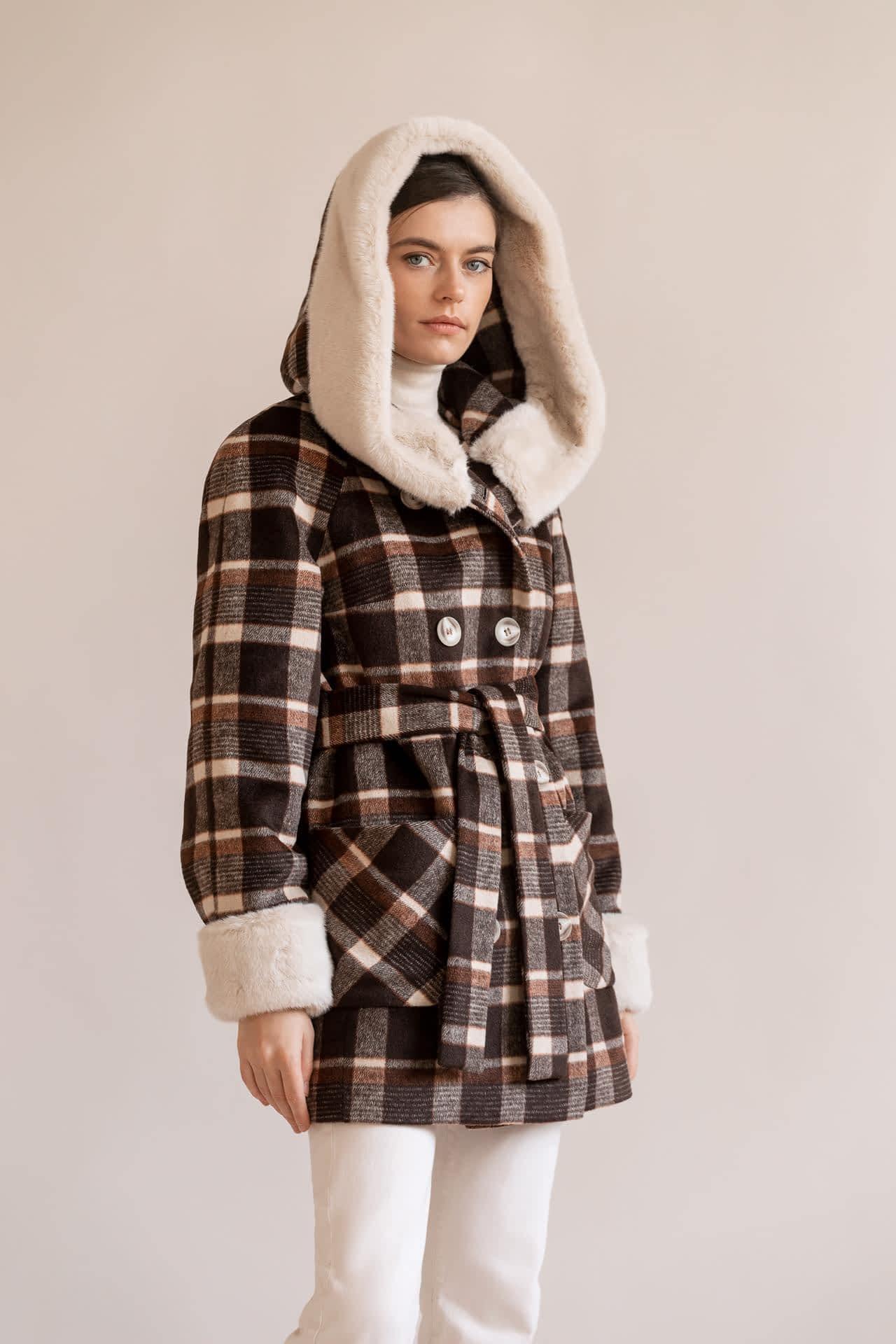 Утеплене коротке пальто в клітку