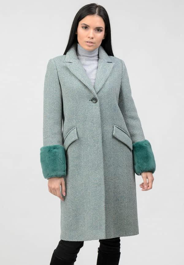 Теплое пальто с меховыми манжетами