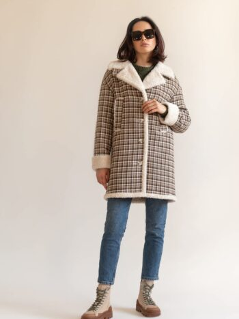 Утепленное пальто с капюшоном в клетку