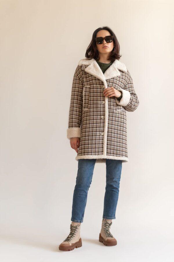 Утепленное пальто в клетку