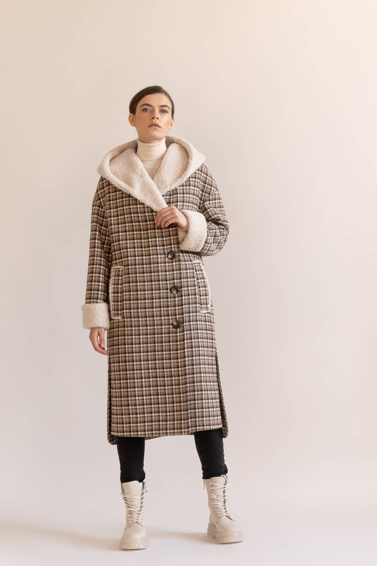 Утеплене пальто з капюшоном в клітку