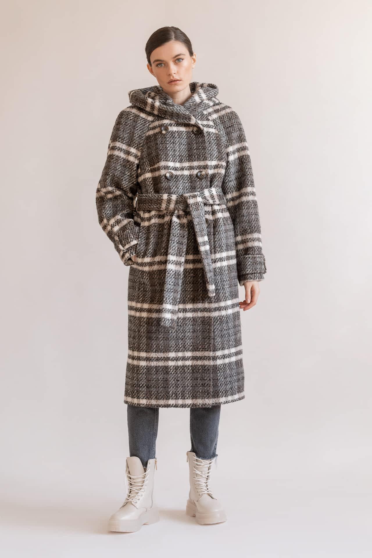 Утепленное пальто в клетку с капюшоном