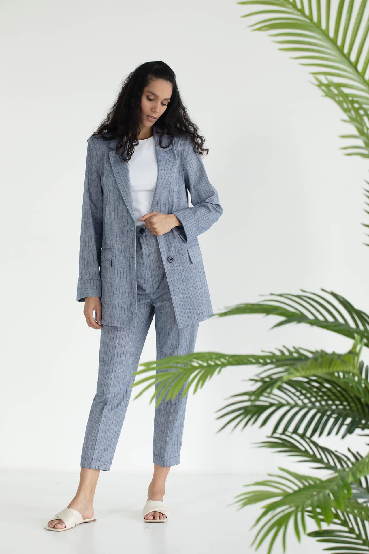 Льняной костюм с брюками в полоску