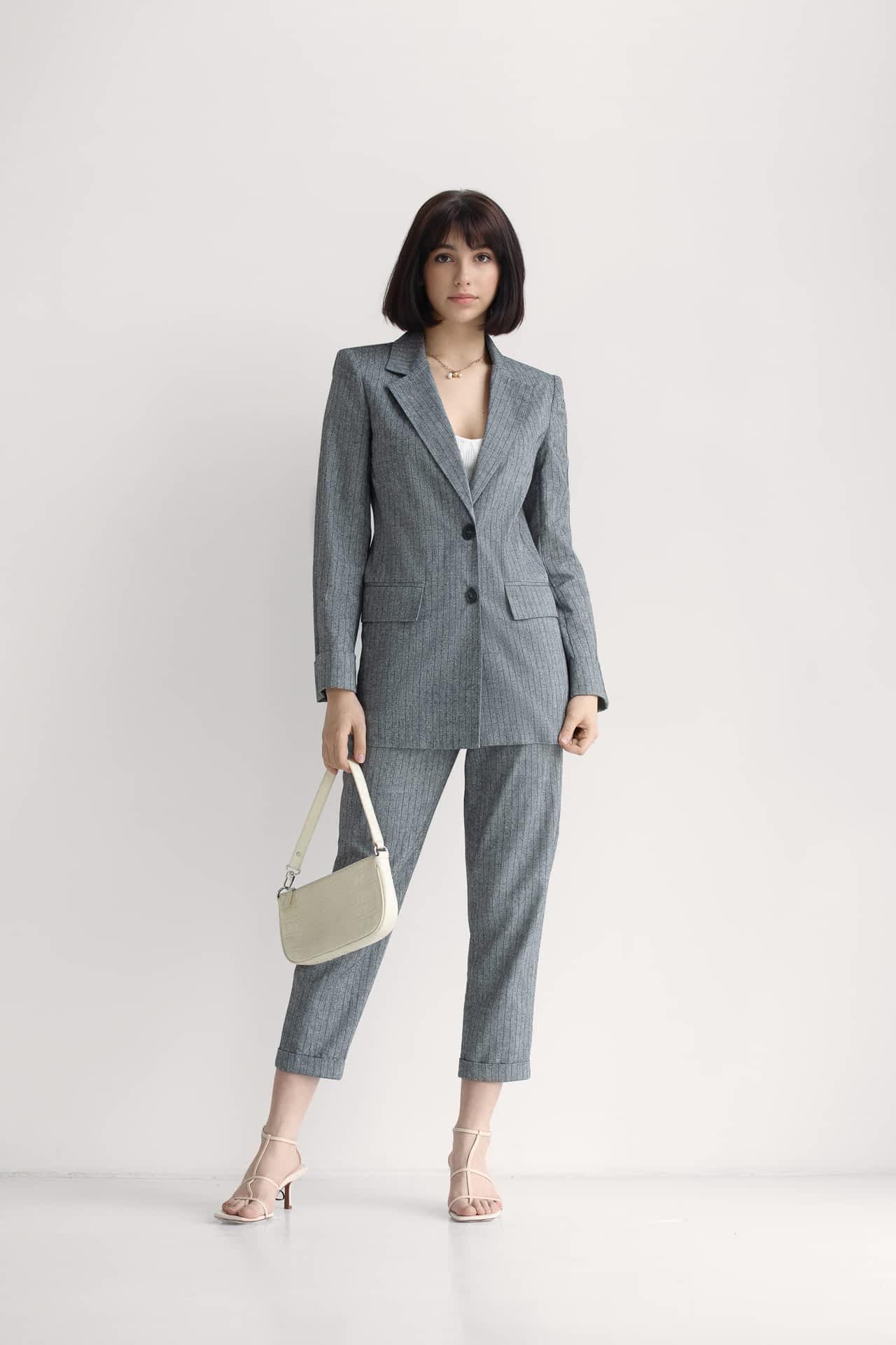 Лляний костюм з брюками в смужку