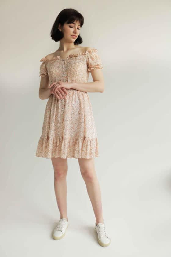 Коротка сукня з відкритими плечима